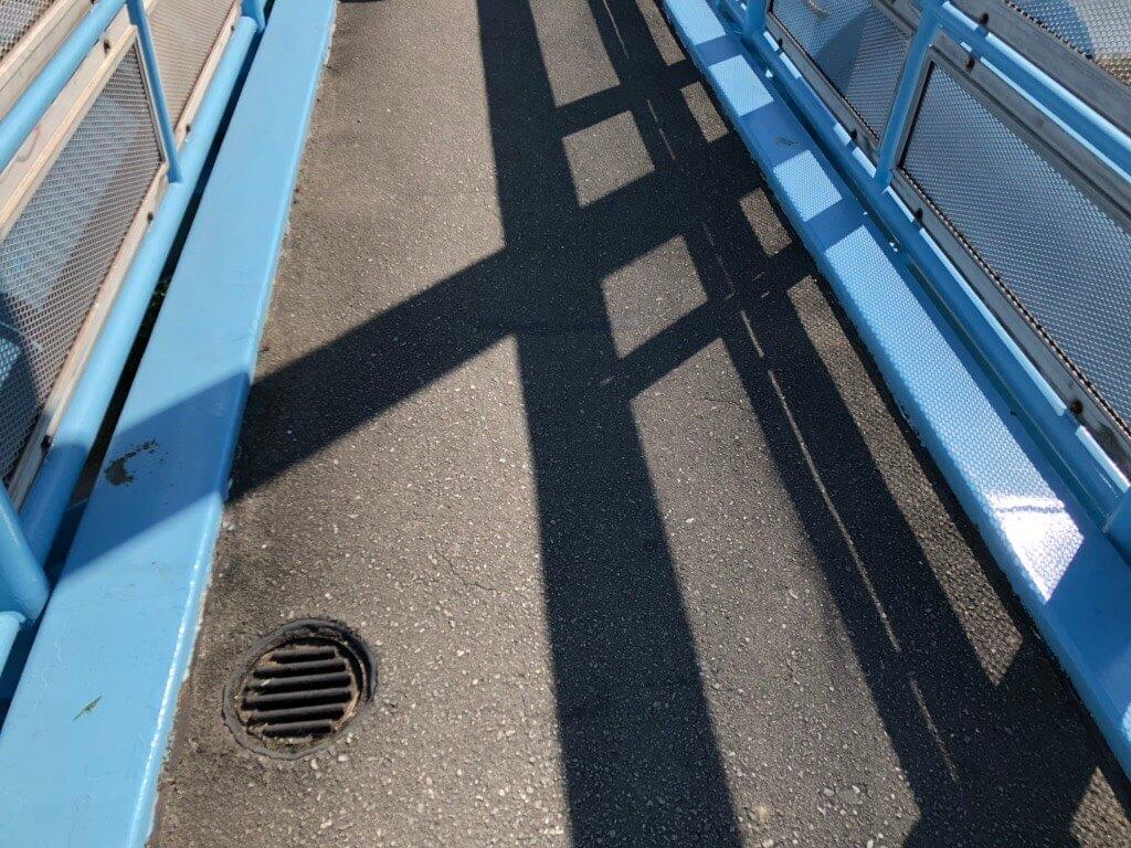 水管橋は人が二人並べるくらいの幅