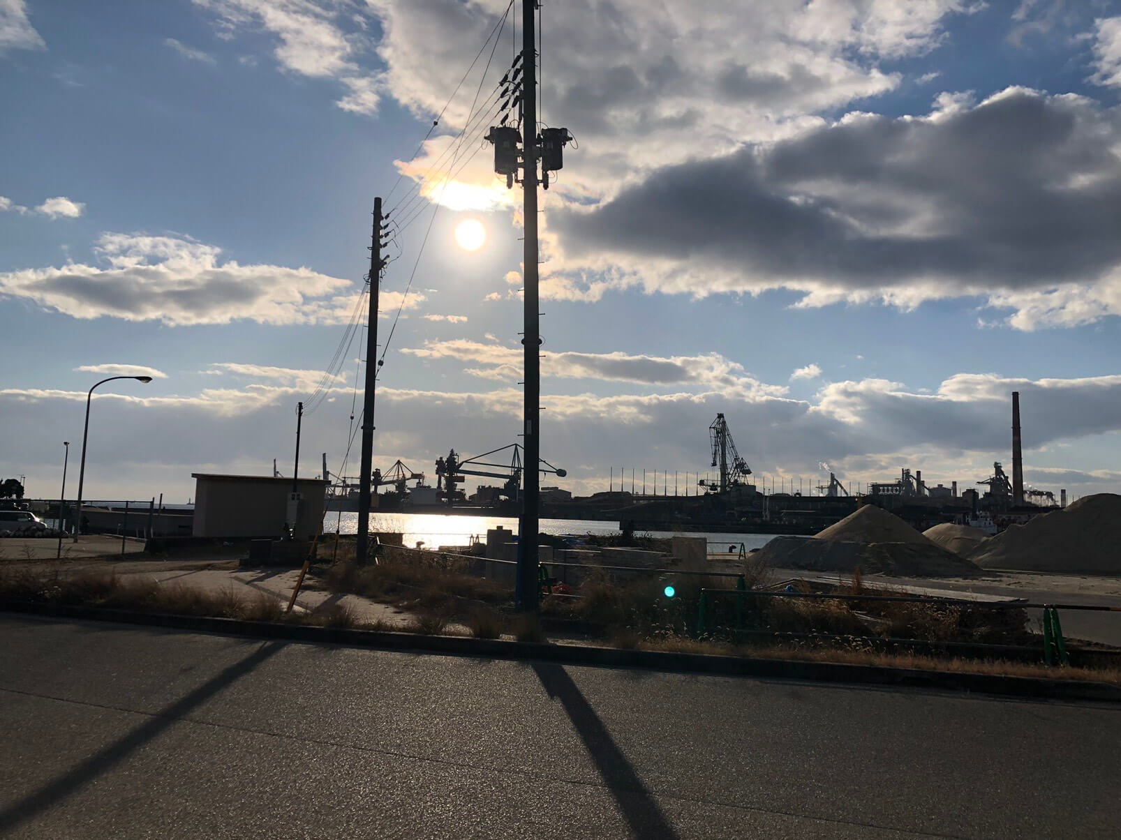加古川海洋文化センター近くから見た工場