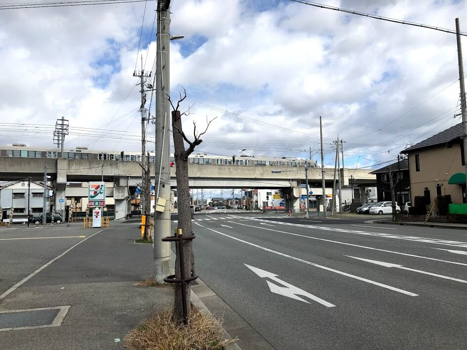 JR神戸線の高架をくぐる交差点