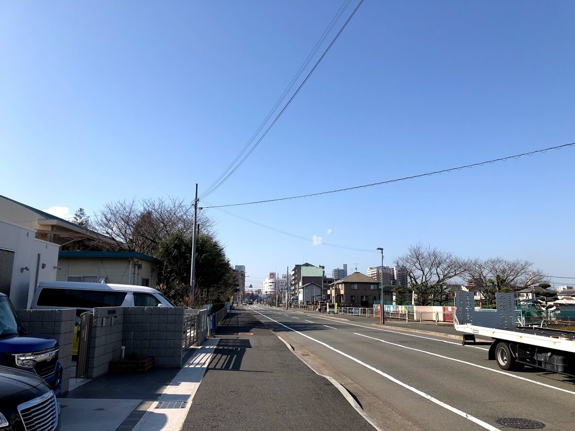 左に氷丘南小学校、右に氷丘南幼稚園