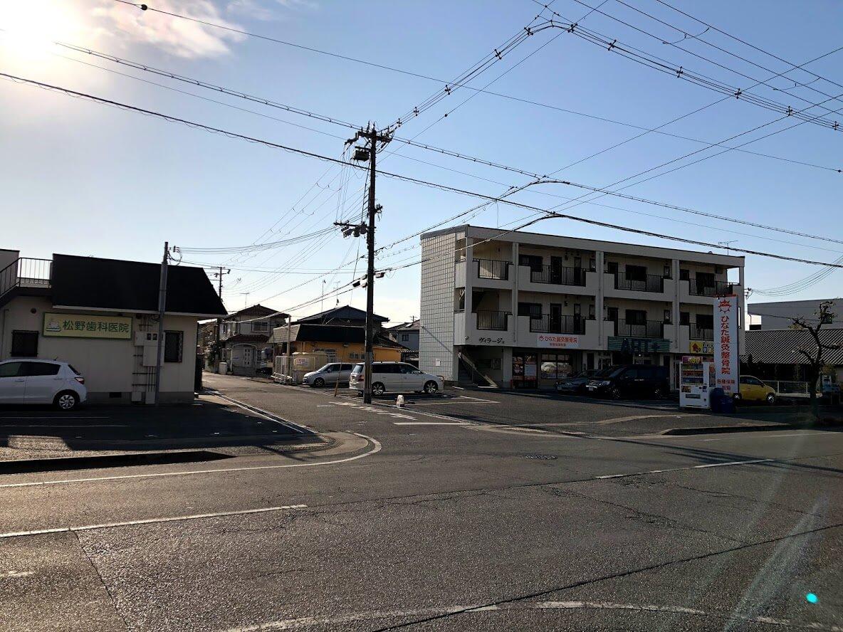向かいに松野歯科医院とひなた鍼灸整骨院の見える交差点