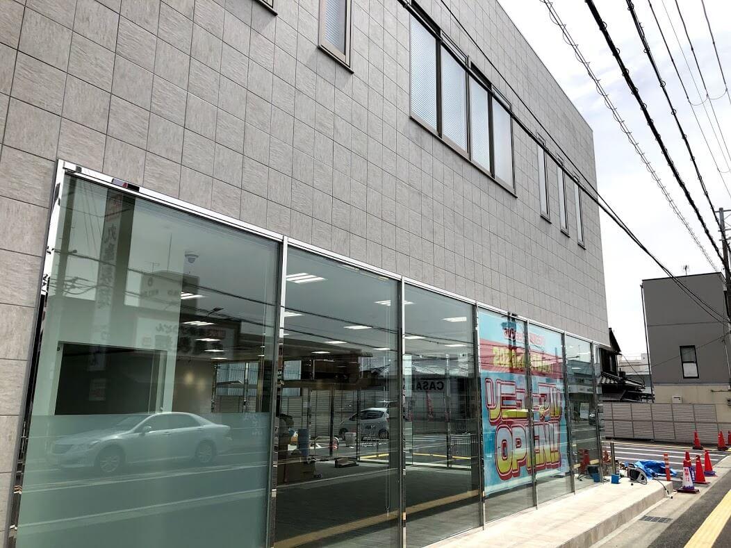 auショップ東加古川の建物と駐車場