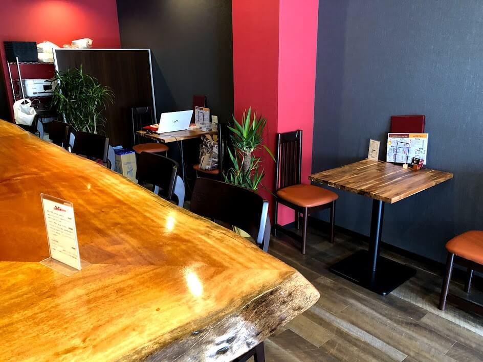 お好み焼・鉄板バルORIGAMIの店内カウンターとテーブル席
