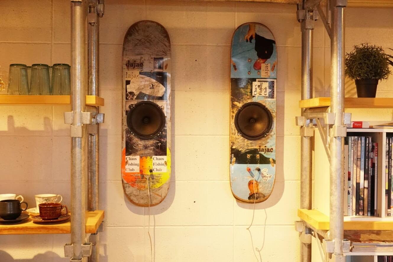 タテイト珈琲店のスケートボードを改造したスピーカー