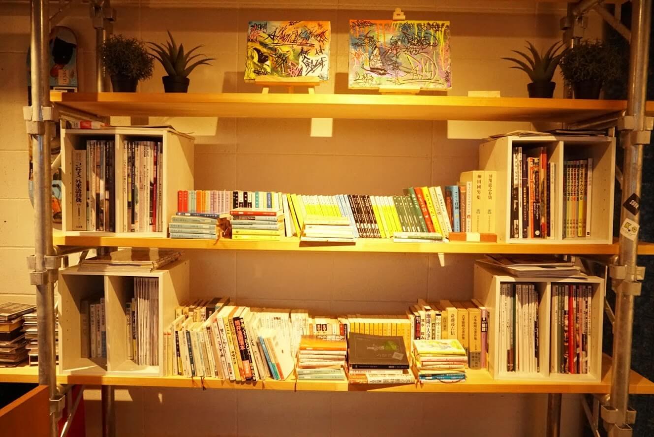 タテイト珈琲店の本棚