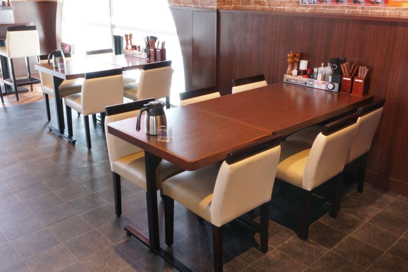 いきなりステーキ加古川店の店内の6人テーブルと4人テーブル