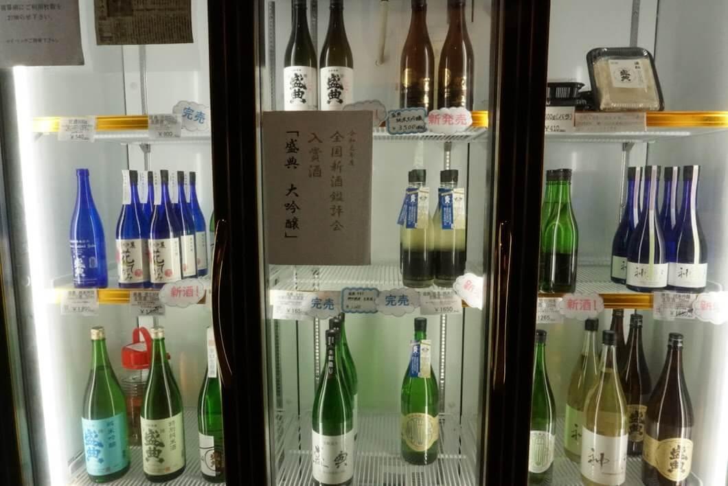 岡田本家の冷蔵ケースの日本酒