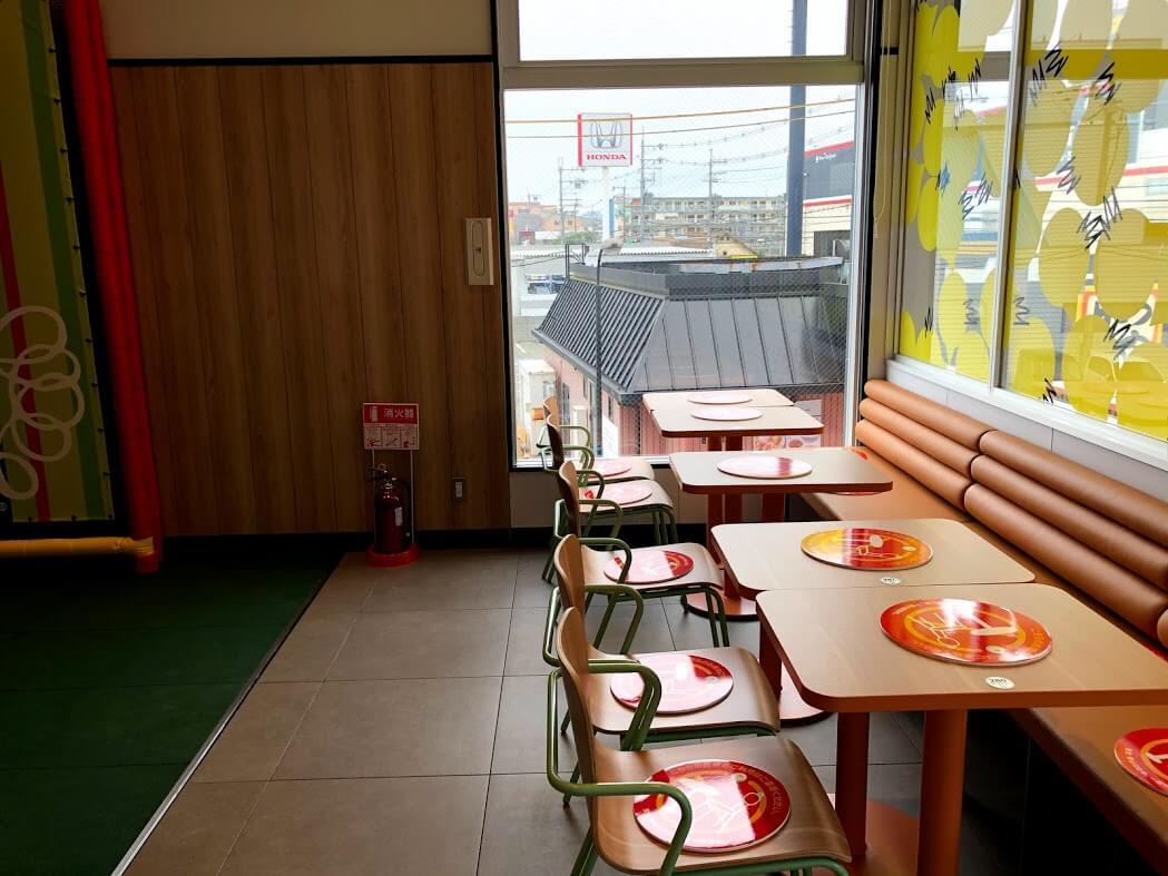 マクドナルド加古川店のプレイランド前のテーブル