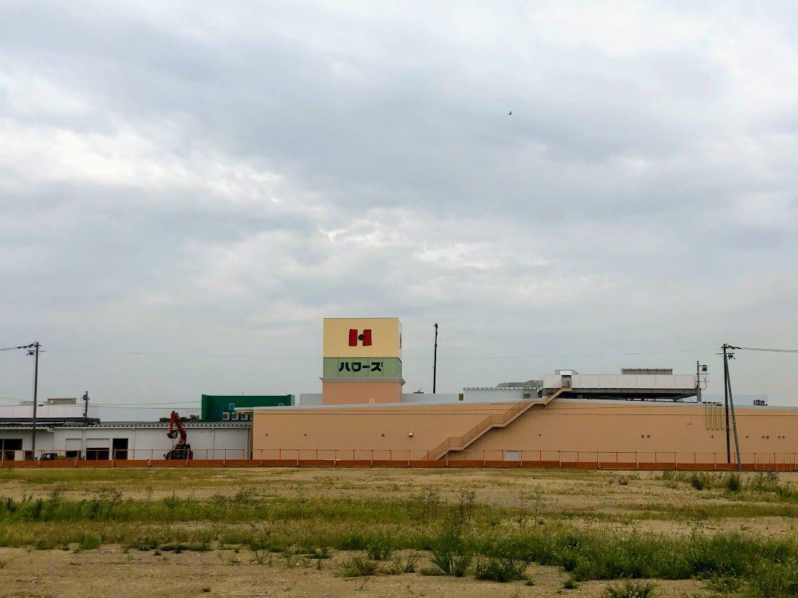 加古川バイパスの方から見たハローズ東加古川モール