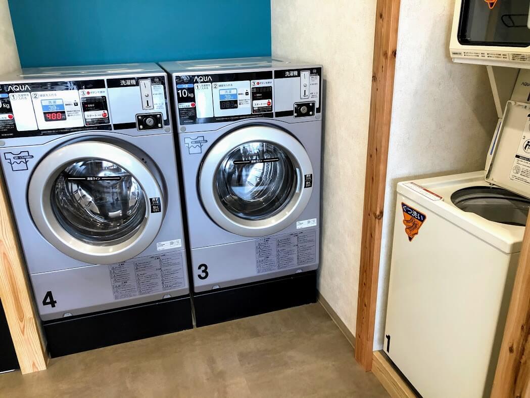 コインランドリーのくつ洗いと洗濯機