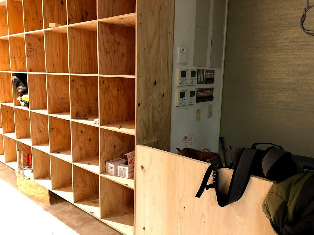 mocco加古川店ブックストアの本棚とコワーキング受付部分