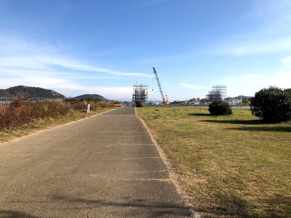 神吉中津線の橋脚工事の様子をマラソンコースから
