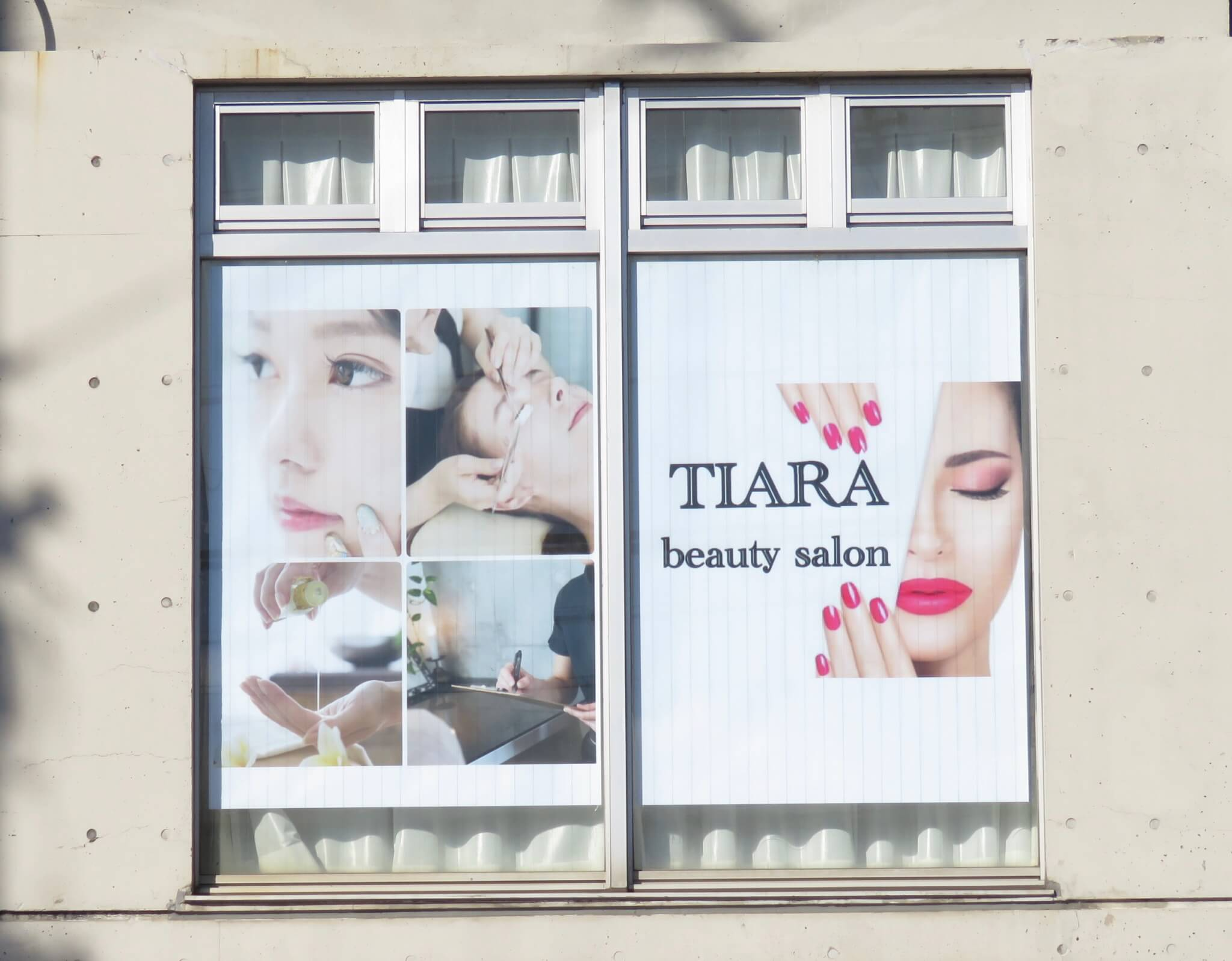 TIARA beauty salon窓のポスター