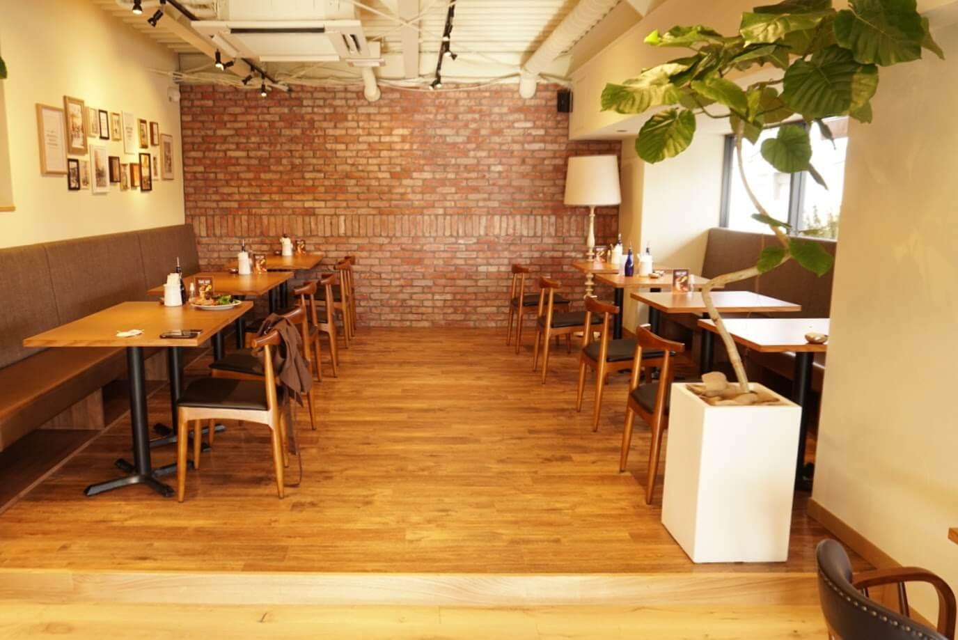 マザームーンカフェ加古川店入り口正面テーブル席