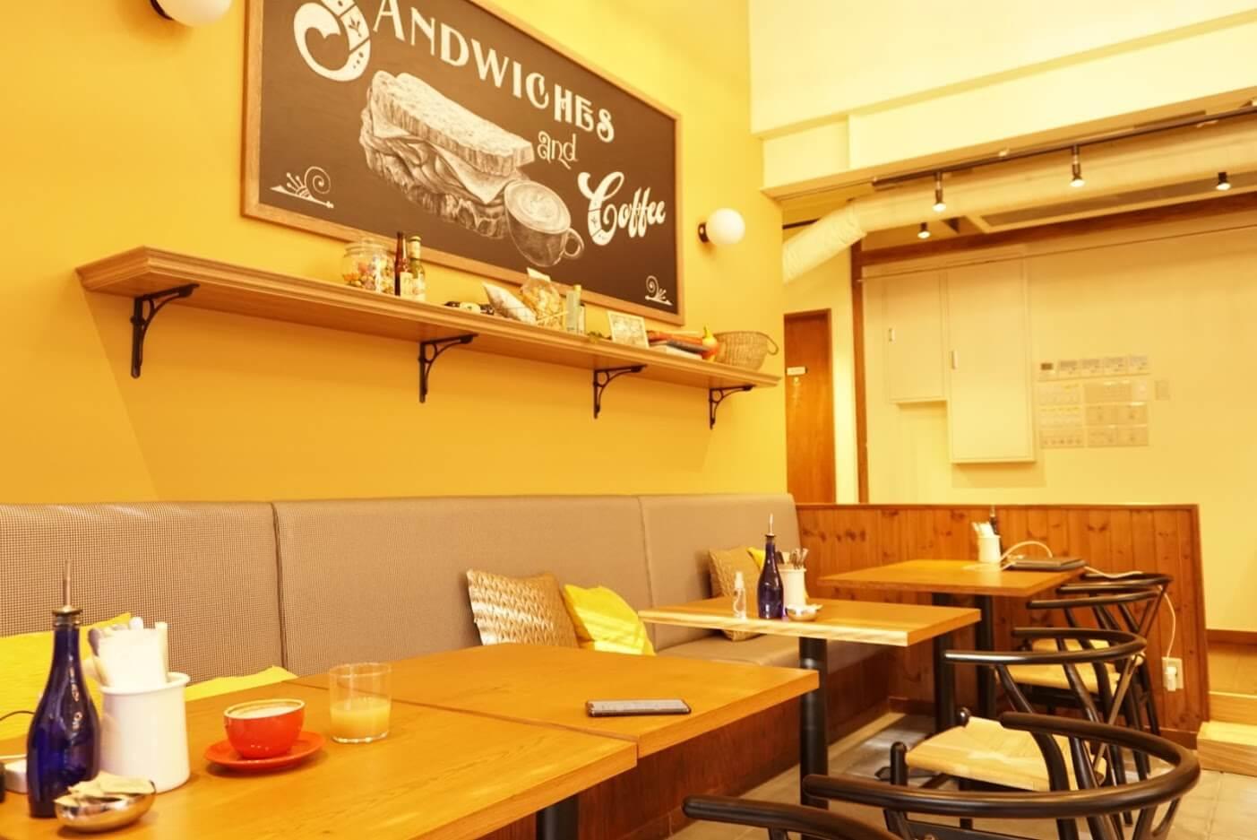 マザームーンカフェ加古川店の店内椅子席