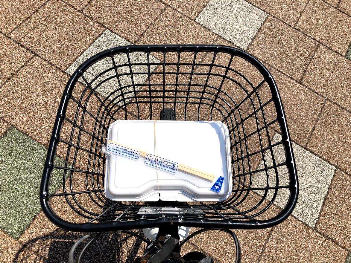 やました商店のからあげ弁当を自転車に載せて