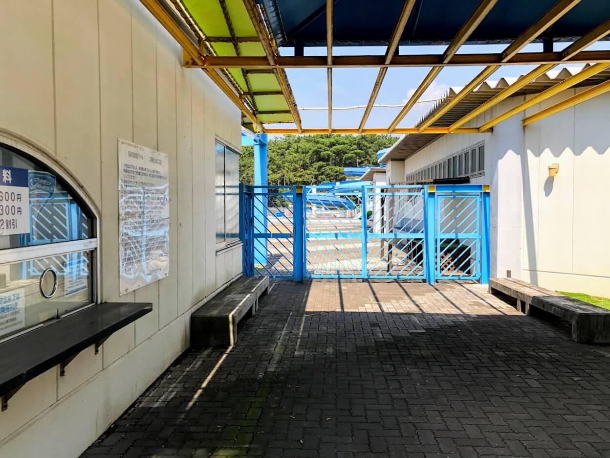 浜の宮市民プール入り口