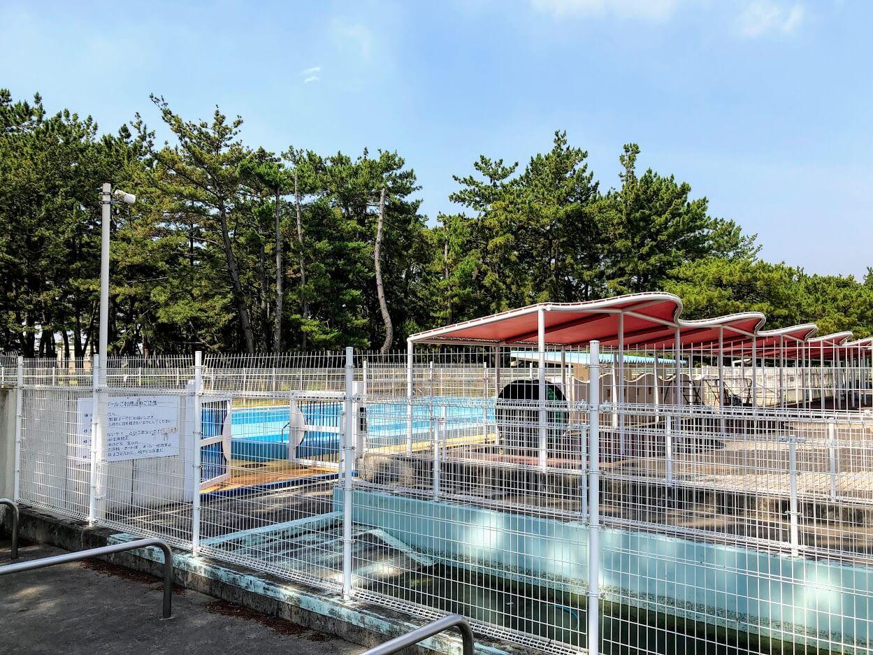 浜の宮市民プールの日よけエリアと25mプール