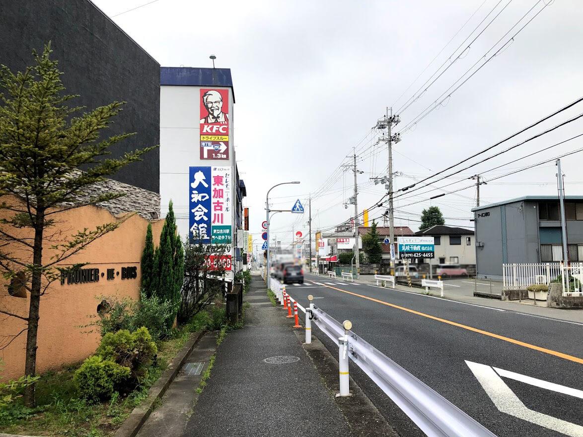 カラダプラス東加古川店から細池交差点を見たところ