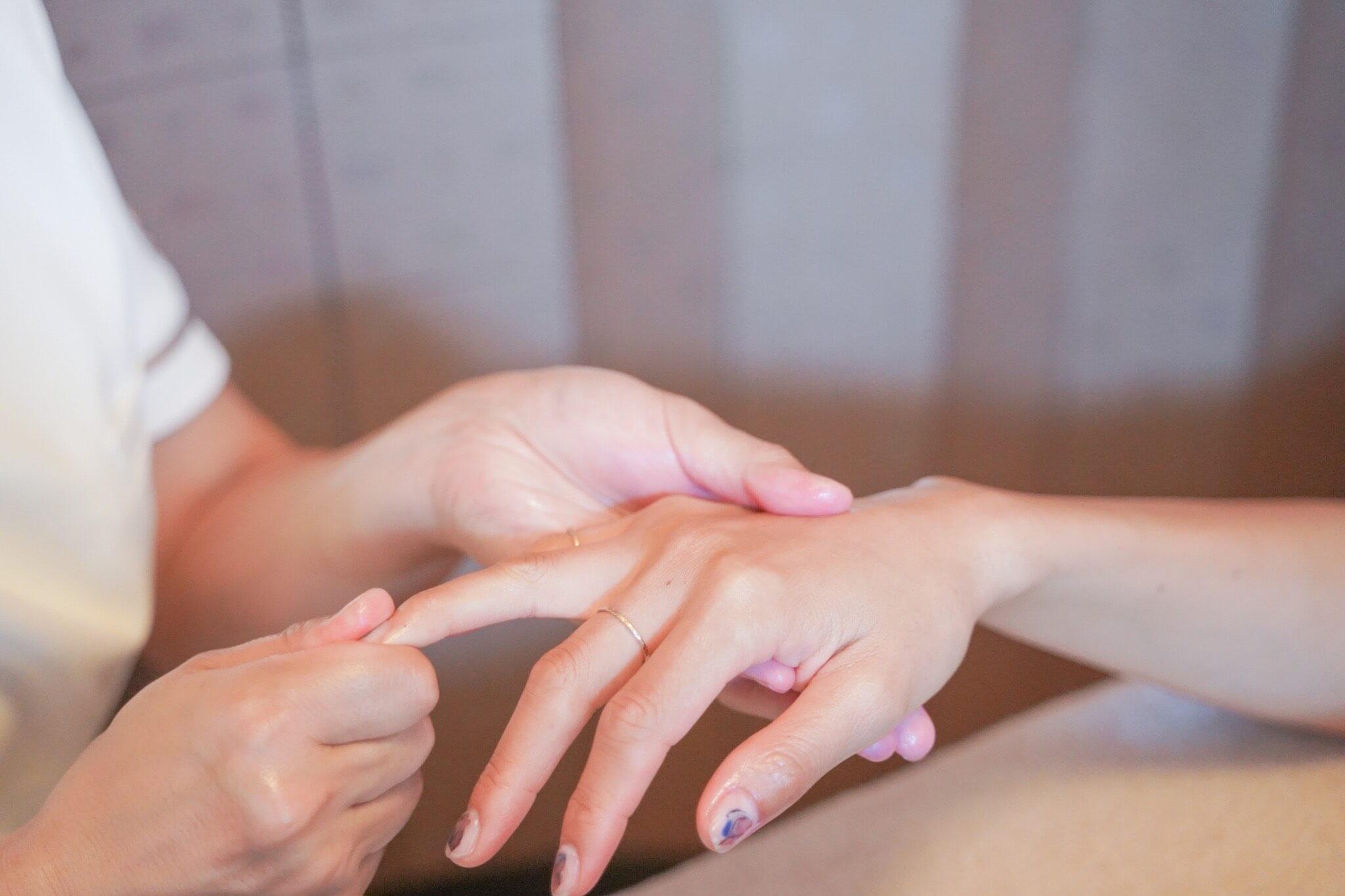 ポーズの手指の施術の様子